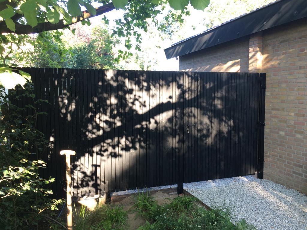 Zwarte tuinpoort